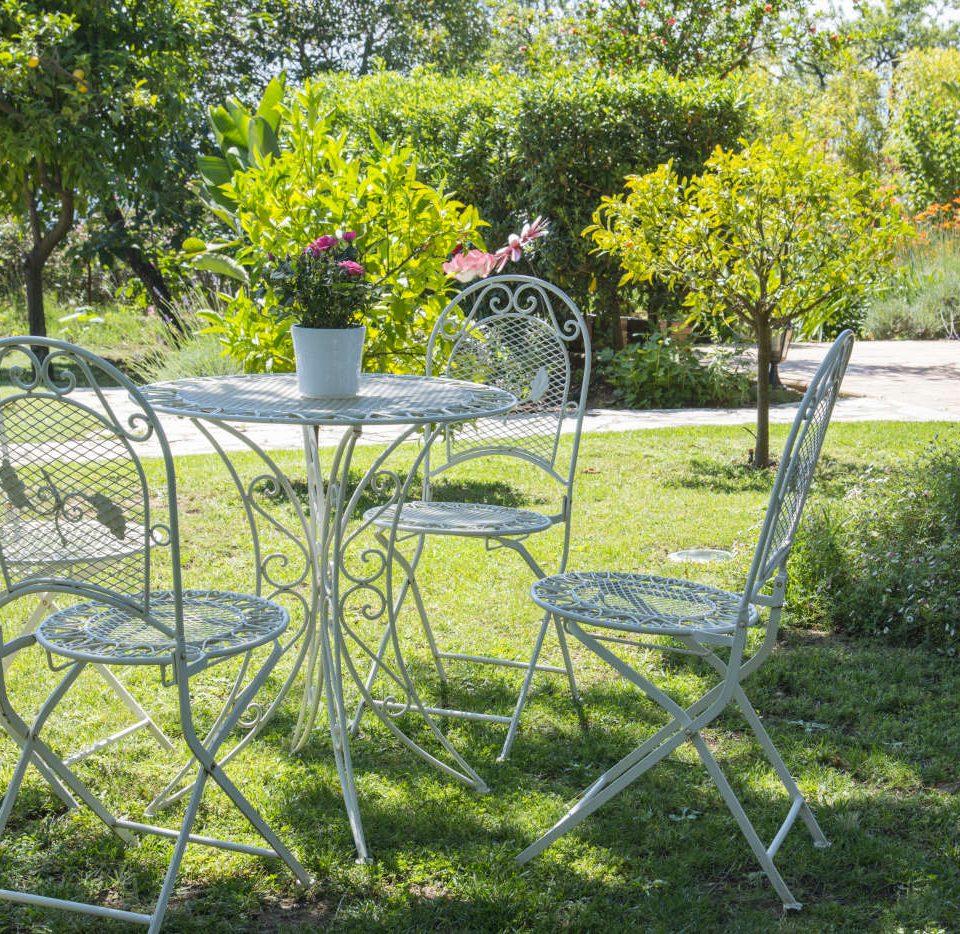 Cannoise salon de jardin devant la chambre dhotes
